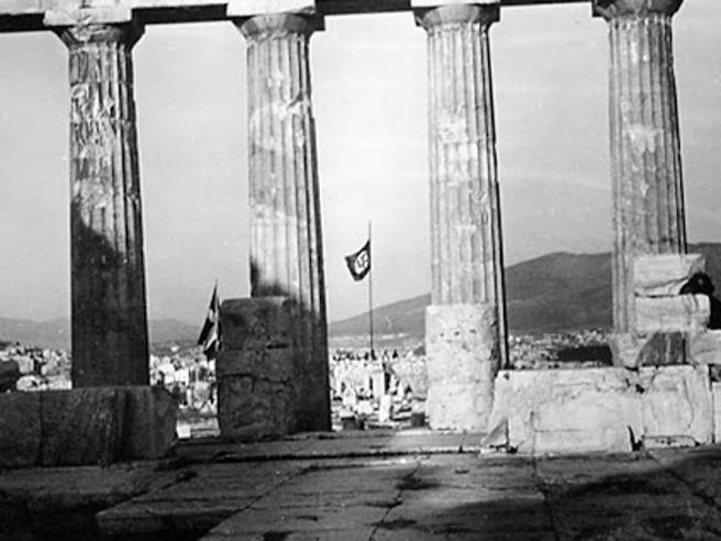 Il Partenone di Atene con la bandiera nazista