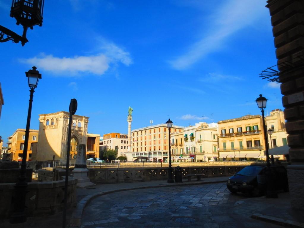 Colonna e statua di  Sant'Oronzo nell'omonima piazza.